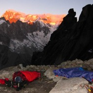 The night is cold and humid, our light-weight sleeping bags are for sure light, but not warm